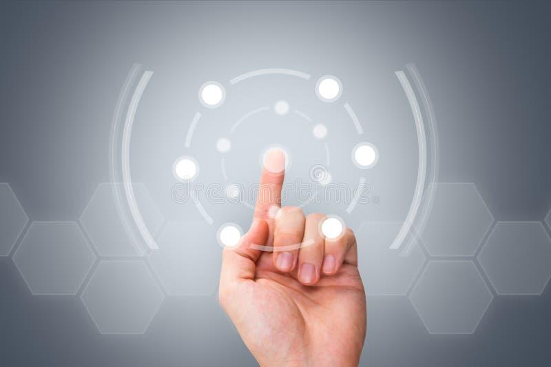 Αρσενικό σύγχρονο κουμπί συμπίεσης χεριών στην ψηφιακή οθόνη στοκ φωτογραφία