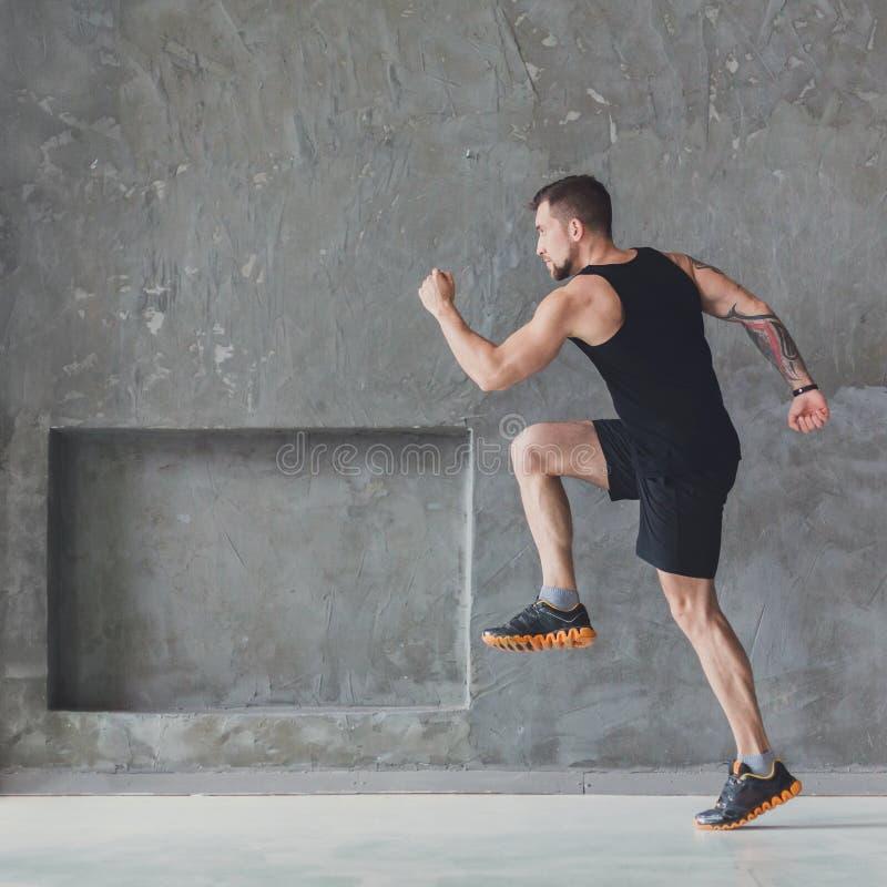 Αρσενικό τρέξιμο αθλητών sprinter, που ασκεί στο εσωτερικό στοκ εικόνα με δικαίωμα ελεύθερης χρήσης