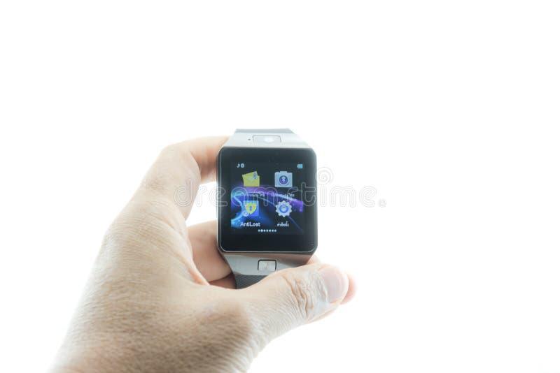 Αρσενικό χέρι με το έξυπνο ρολόι στοκ εικόνες με δικαίωμα ελεύθερης χρήσης
