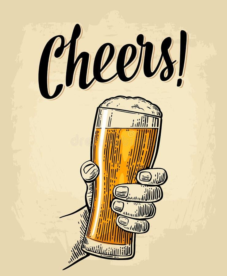 Αρσενικό χέρι που κρατά ένα πλήρες γυαλί μπύρας με τον αφρό διανυσματική απεικόνιση