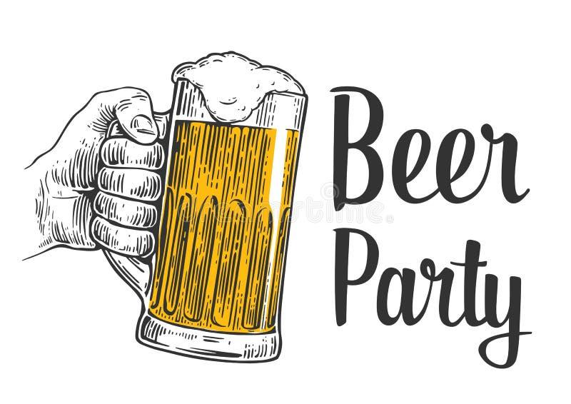 Αρσενικό χέρι που κρατά μια κούπα μπύρας Εκλεκτής ποιότητας απεικόνιση χάραξης για τον Ιστό, αφίσα, πρόσκληση στο κόμμα μπύρας -  απεικόνιση αποθεμάτων