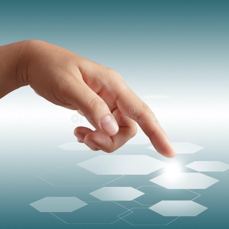 Αρσενικό χέρι που ωθεί στη διαπροσωπεία οθόνης αφής στοκ φωτογραφίες