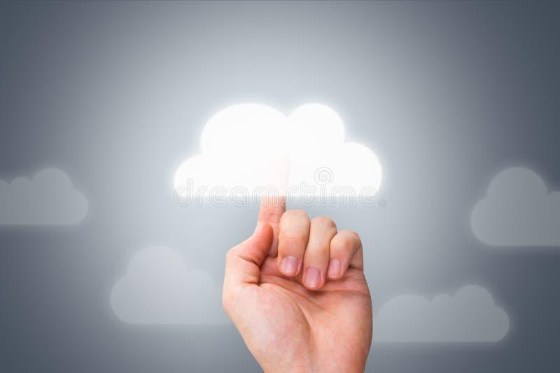 Αρσενικό χέρι σχετικά με το σύγχρονο κουμπί σύννεφων στοκ εικόνα με δικαίωμα ελεύθερης χρήσης