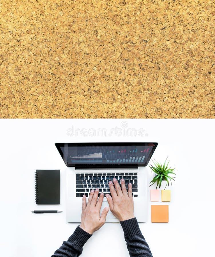Αρσενικό χρησιμοποιώντας lap-top υπολογιστών στο άσπρο ξύλινο επιτραπέζιο υπόβαθρο γραφείων στοκ εικόνες με δικαίωμα ελεύθερης χρήσης