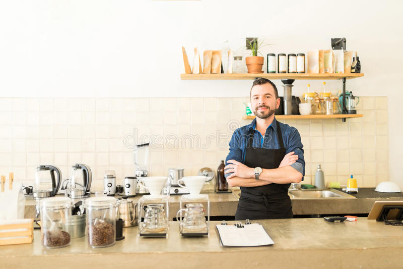 Αρσενικό barista σε μια καφετερία στοκ εικόνες