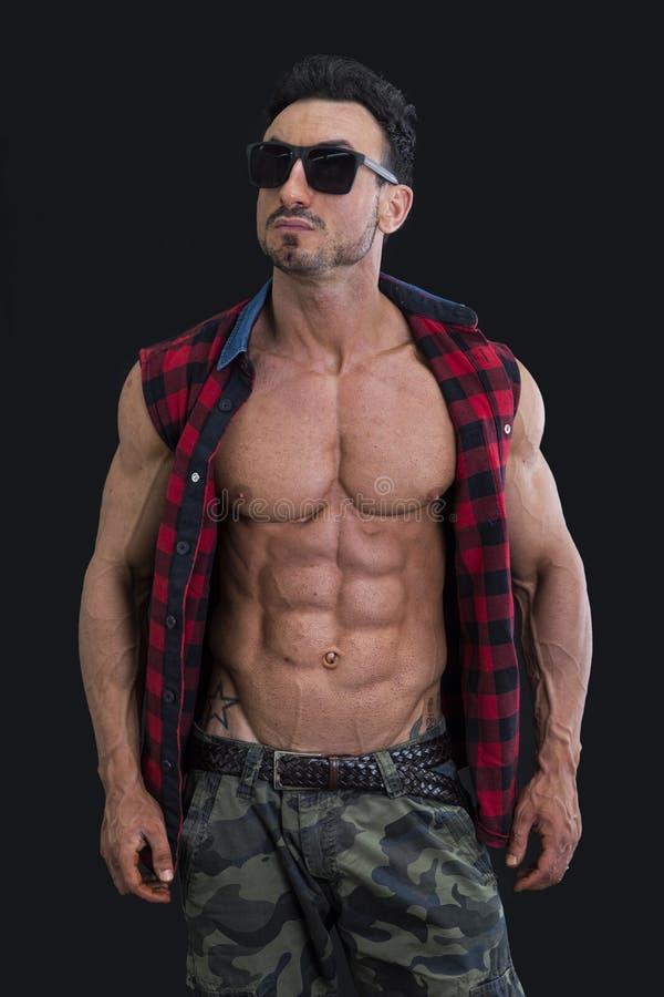 Αρσενικό bodybuilder με το πουκάμισο ανοικτό στο γυμνό μυϊκό κορμό στοκ εικόνα