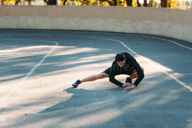 Αρσενικό marathoner που τεντώνει πρίν τρέχει στοκ εικόνες με δικαίωμα ελεύθερης χρήσης