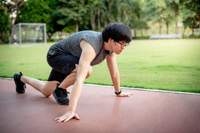 Αρσενικό sprinter που αρχίζει στην τρέχοντας διαδρομή στοκ εικόνες με δικαίωμα ελεύθερης χρήσης
