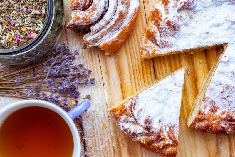 Αρτοποιείο διαφορετικών δημητριακών, χορτάρια στο βάζο και βοτανικό τσάι στο φλυτζάνι στοκ εικόνα
