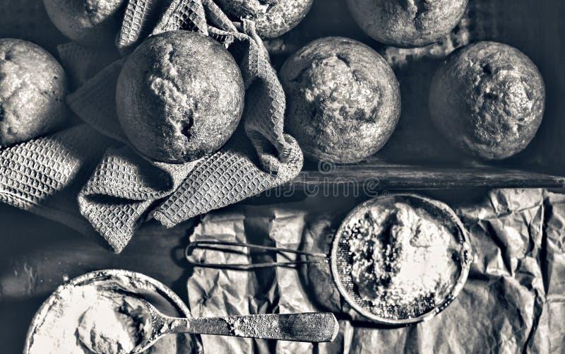 αρτοποιείο φρέσκο Το Cupcakes, muffins, αρτοποιοί παίρνει τα χέρια τους στις ζύμες αρτοποιείο στοκ φωτογραφίες