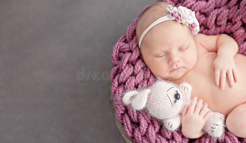 Αρχή της ζωής και της ευτυχισμένης έννοιας παιδικής ηλικίας νεράιδων μαγικής το δέκα ημερών παλαιό χαμογελώντας νεογέννητο μωρό κ στοκ εικόνες με δικαίωμα ελεύθερης χρήσης