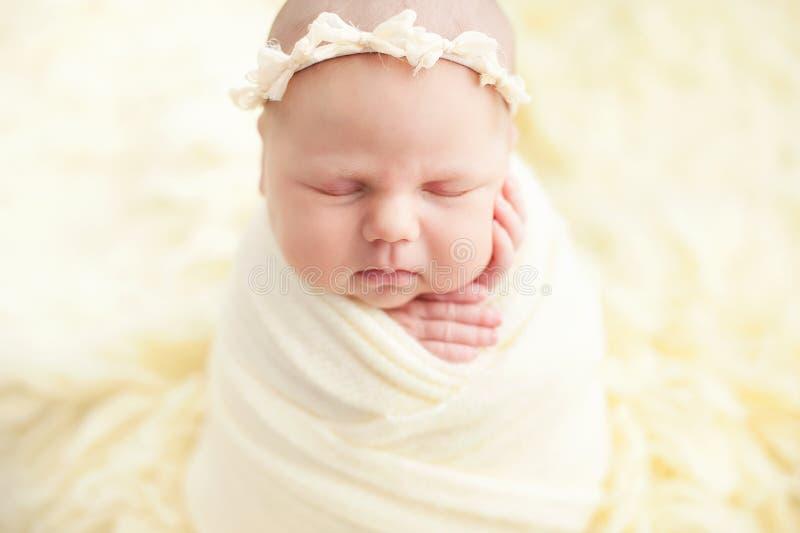 Αρχή της ζωής και της ευτυχισμένης έννοιας παιδικής ηλικίας νεράιδων μαγικής το δέκα ημερών παλαιό χαμογελώντας νεογέννητο μωρό κ στοκ φωτογραφίες με δικαίωμα ελεύθερης χρήσης