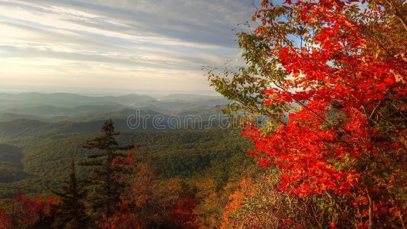 Αρχή φθινοπώρου στα μπλε βουνά κορυφογραμμών στοκ εικόνες