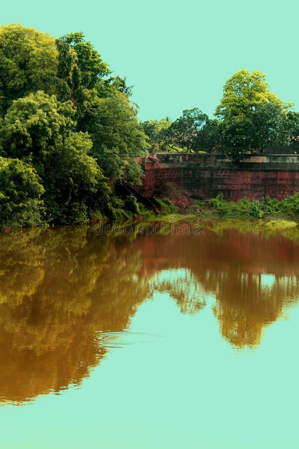 Αρχαία λίμνη με τον τοίχο στοκ φωτογραφία με δικαίωμα ελεύθερης χρήσης