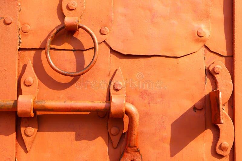 Αρχαία λαβή μιας πόρτας Η κλειδαριά και οι φραγμοί στοκ φωτογραφία με δικαίωμα ελεύθερης χρήσης