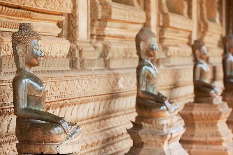Αρχαία αγάλματα του Βούδα χαλκού που βρίσκονται έξω από το ναό Hor Phra Keo σε Vientiane, Λάος στοκ εικόνες