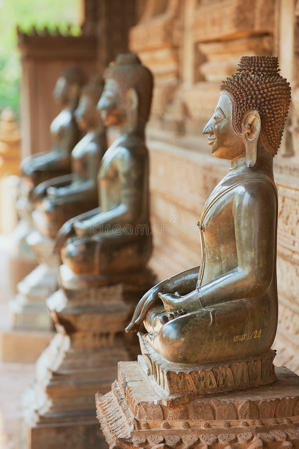 Αρχαία αγάλματα του Βούδα χαλκού που βρίσκονται έξω από το ναό Hor Phra Keo σε Vientiane, Λάος στοκ φωτογραφία