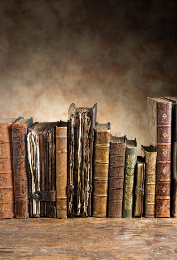 Αρχαία βιβλία σε μια σειρά στοκ φωτογραφία με δικαίωμα ελεύθερης χρήσης
