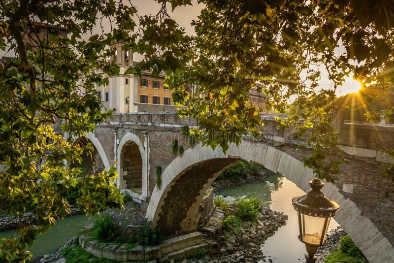 Αρχαία γέφυρα στη Ρώμη Ιταλία στοκ φωτογραφίες