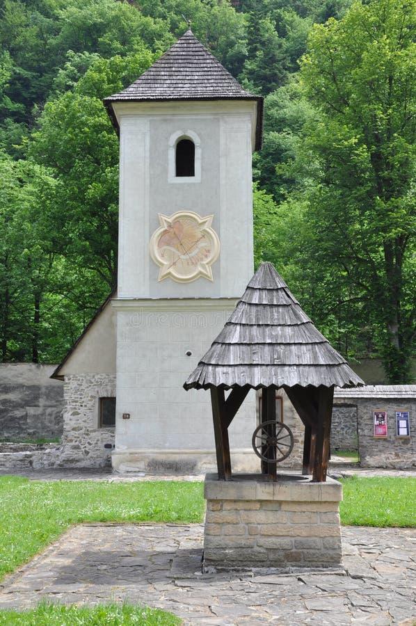 Αρχαία εκκλησία και καλά σε Cerveny Klastor στοκ εικόνα