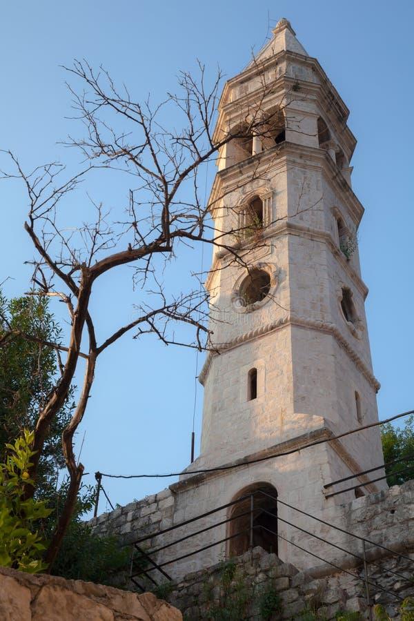 Αρχαία εκκλησία και νεκρό δέντρο σε Perast στοκ φωτογραφίες