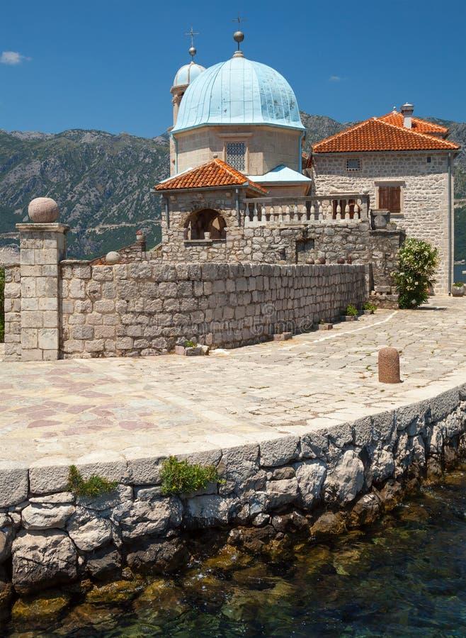 Αρχαία εκκλησία στο μικρό νησί στον κόλπο Kotor στοκ εικόνα