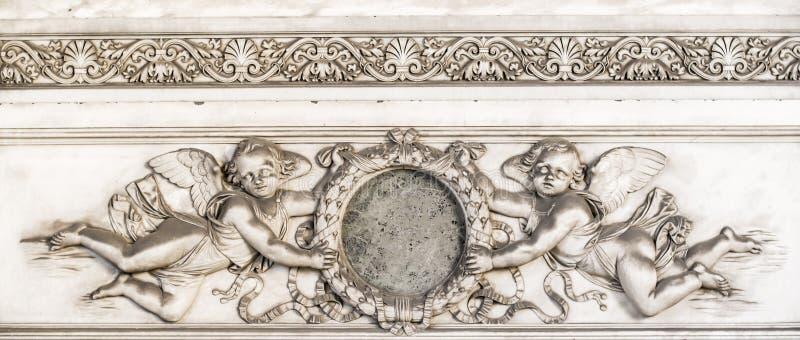 Αρχαία λεπτομέρεια τάφων/τάφων με τις διακοσμήσεις, τους αγγέλους και τα κίνητρα λουλουδιών στοκ εικόνες
