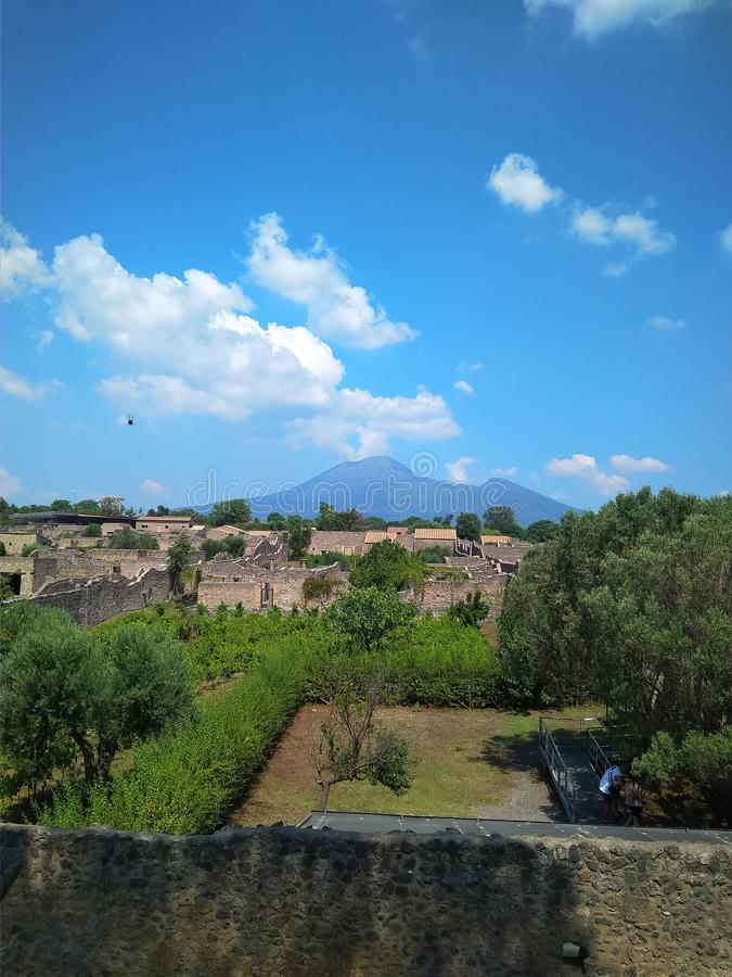 Αρχαία ιταλική πόλη της Πομπηίας που καταστρέφεται από ένα ηφαίστειο στοκ εικόνες