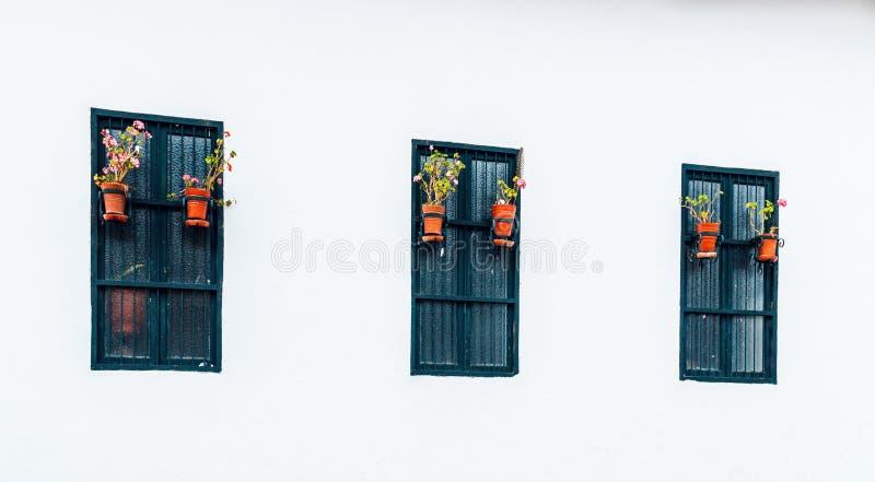 Αρχαία και αποικιακά παράθυρα στη μετάβαση της Belén της πόλης Cajamarca Περού στοκ εικόνες