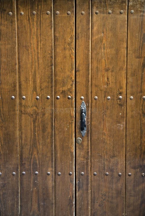 αρχαία καφετιά πόρτα στοκ φωτογραφία με δικαίωμα ελεύθερης χρήσης