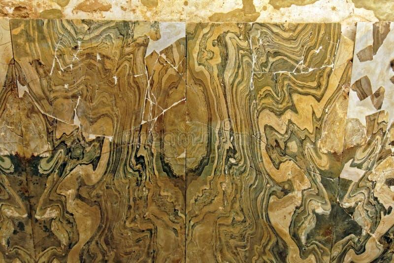 Αρχαία κεραμίδια τοίχων με αφηρημένο ξύλινος-όπως το σχέδιο στοκ εικόνα