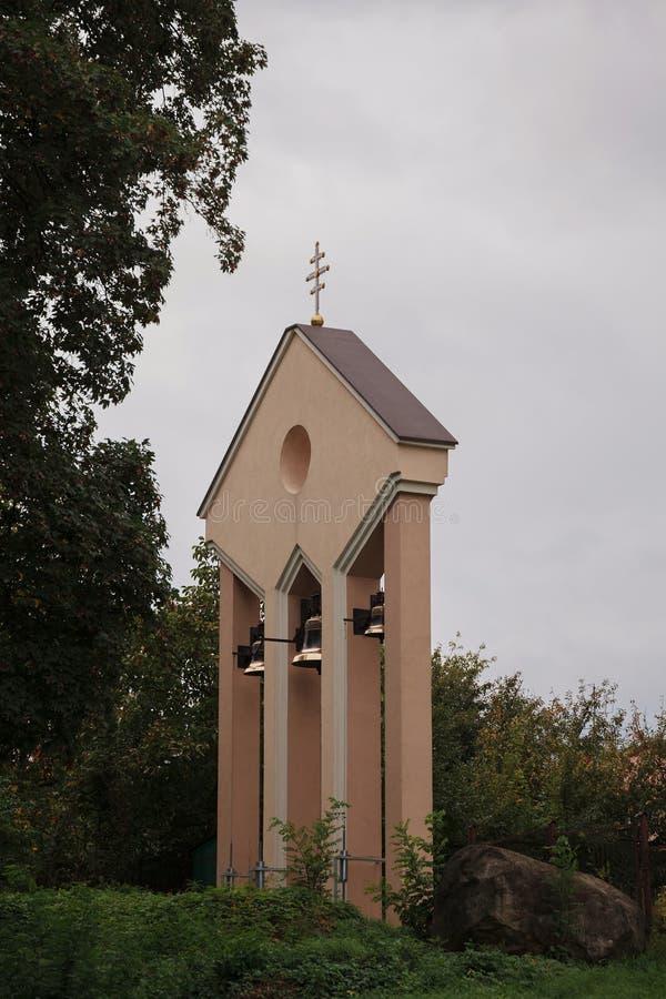 Αρχαία κουδούνια εκκλησιών στον πύργο καμπαναριών στοκ εικόνες