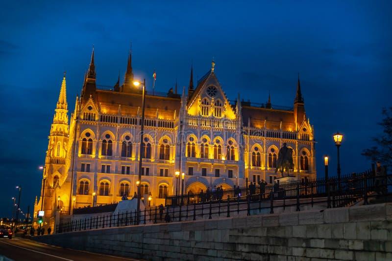 Αρχαία κτήρια του ουγγρικού Κοινοβουλίου και των μεσαιωνικών ναών και κτήρια στοκ εικόνα