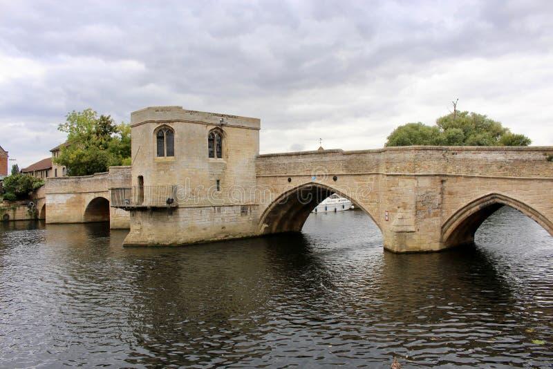 Αρχαία μεσαιωνική γέφυρα πέρα από τον ποταμό Ouse στο ST Ives με το παρεκκλησι γεφυρών σαφώς ορατό στοκ εικόνες