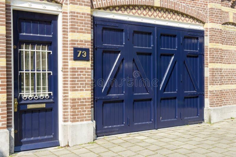Αρχαία μπλε ξύλινη πόρτα στο σπίτι αριθμός 73 στοκ εικόνες