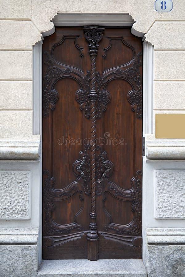 Αρχαία ξύλινη πόρτα Nouveau τέχνης με τις floral διακοσμήσεις στο Τορίνο, Ιταλία στοκ φωτογραφία