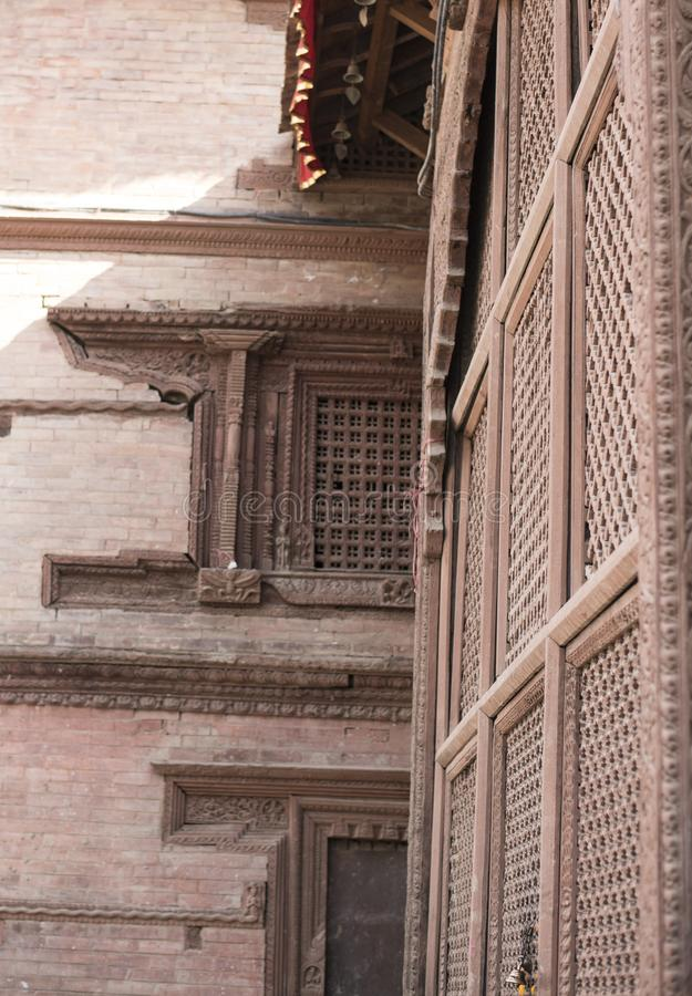 Αρχαία οικοδόμηση του Νεπάλ με τα τούβλα και τα ξύλινα παράθυρα στοκ φωτογραφία με δικαίωμα ελεύθερης χρήσης