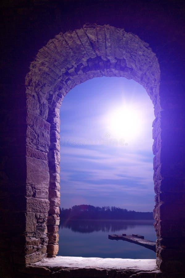 Αρχαία πέτρα τοπίων φεγγαριών νύχτας wimdow στοκ εικόνες