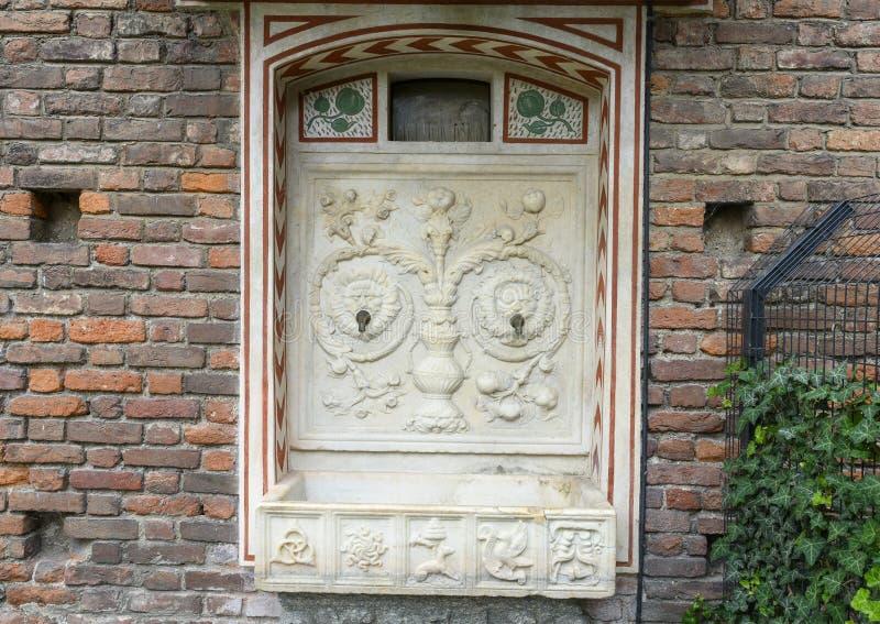 Αρχαία πηγή μέσα στο Sforza Castle στο Μιλάνο, Ιταλία στοκ φωτογραφία με δικαίωμα ελεύθερης χρήσης