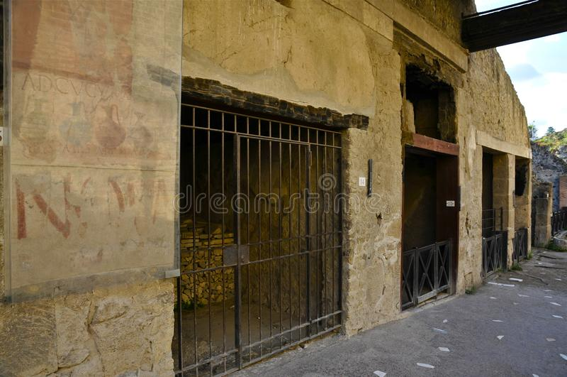 Αρχαία πλευρά οδών που διαφημίζει, Herculaneum στοκ φωτογραφία