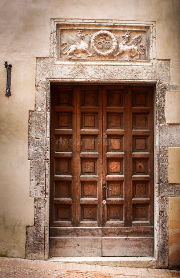 Αρχαία πόρτα ενός ιστορικού κτηρίου στην Περούτζια (Τοσκάνη, Ιταλία) στοκ εικόνες