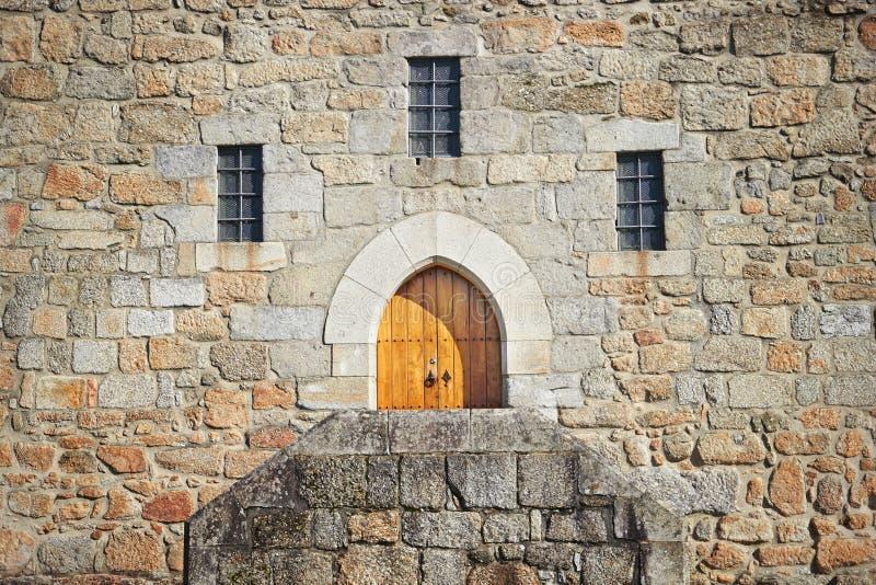 Αρχαία πόρτα κάστρων στο παλάτι των δουκών Braganza στοκ φωτογραφία με δικαίωμα ελεύθερης χρήσης