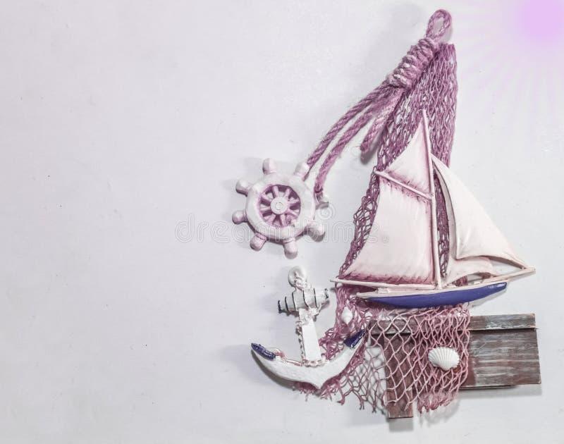 Αρχαία πλέοντας σχοινί και θαλασσινό κοχύλι εξοπλισμού βαρκών εκλεκτής ποιότητας στο ροζ στοκ φωτογραφία