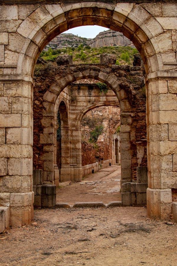 Αρχαία ρωμαϊκά κτήρια μπροστά από τις καταστροφές στοκ φωτογραφίες με δικαίωμα ελεύθερης χρήσης