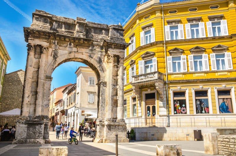 Αρχαία ρωμαϊκή θριαμβευτική αψίδα ή χρυσά πύλη και τετράγωνο Pula, Κροατία, Ευρώπη στοκ φωτογραφίες
