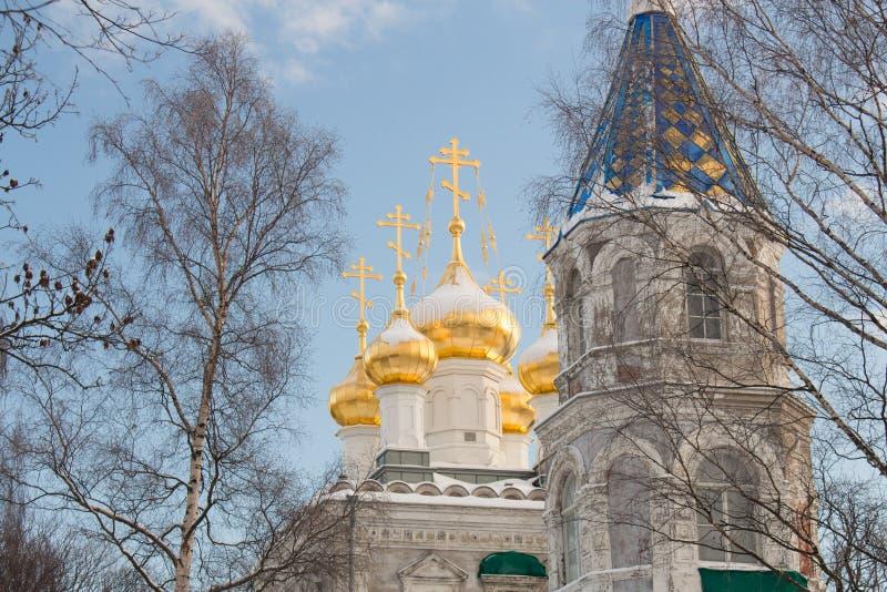 Αρχαία ρωσική αρχιτεκτονική καθεδρικών ναών Μια μεγάλη άσπρη εκκλησία με τους χρυσούς θόλους στοκ εικόνα με δικαίωμα ελεύθερης χρήσης