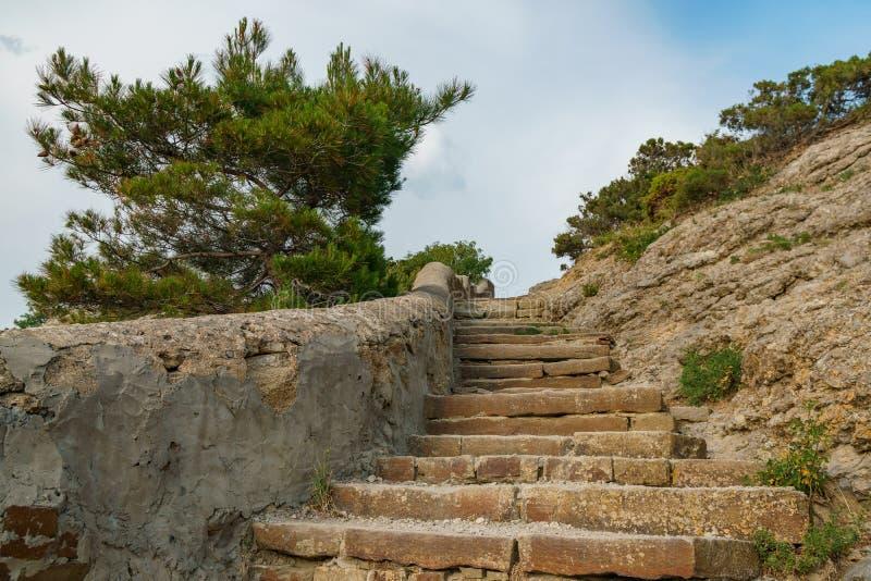 Αρχαία σκάλα πετρών βουνών που οδηγεί στην κορυφή του βουνού στοκ φωτογραφία με δικαίωμα ελεύθερης χρήσης
