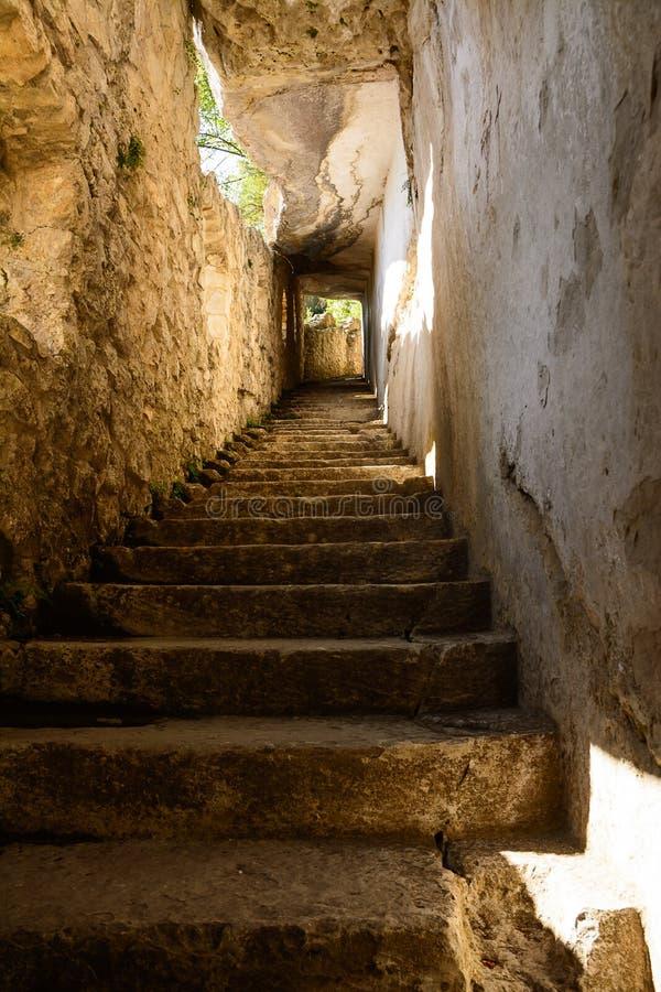 Αρχαία σκαλοπάτια που χαράζονται στο βράχο στοκ εικόνες με δικαίωμα ελεύθερης χρήσης