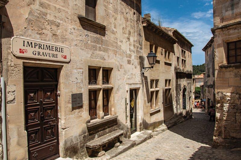 Αρχαία σπίτια πετρών στην αλέα, στο μεσαιωνικό χωριουδάκι της baux-de-Προβηγκίας στοκ εικόνα