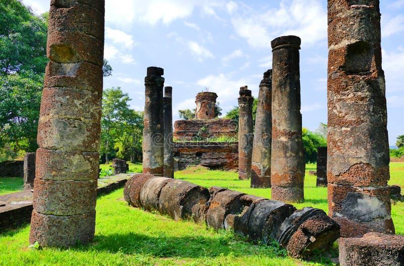 Αρχαία συντρίμμια αγαλμάτων του Βούδα και βουδιστικές καταστροφές ναών του τόνου Chan στο ιστορικό πάρκο Sukhothai, Ταϊλάνδη Wat στοκ εικόνα